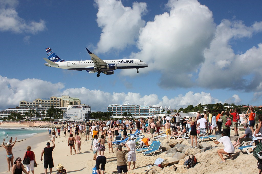 Aeroporto Internacional Princess Juliana, St. Maarten: vizinho da praia de Maho, os aviões pousam no local a poucos metros de altura dos turistas. Não é raro encontrar vídeos de imensos aviões, como o Boeing 747, pousando na pista - Martin Wippel on VisualHunt.com / CC BY-NC-SA - Martin Wippel on VisualHunt.com / CC BY-NC-SA/Rota de Férias/ND