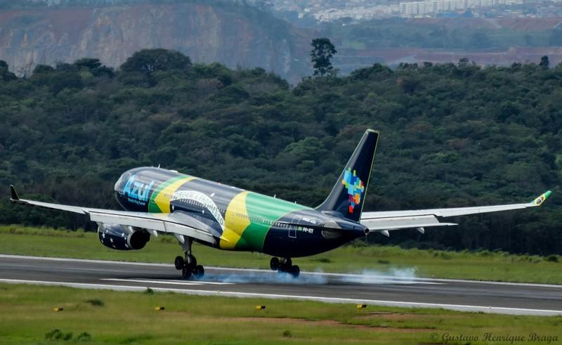 A Azul também costuma pintar seus aviões com pinturas diferentes, como este A330 da Airbus, que recebeu a bandeira brasileira - Foto: Gustavo H. Braga on VisualHunt.com / CC BY-NC-SA - Foto: Gustavo H. Braga on VisualHunt.com / CC BY-NC-SA /Garagem 360/ND