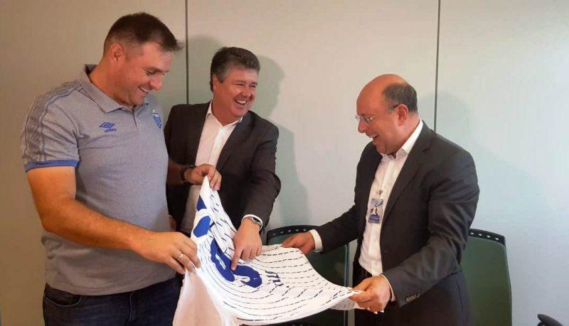 Presidente do Grupo RIC Marcello Corrêa Petrelli (à dir.) recebe uma camisa do Avaí de presente das mãos do técnico Marcelo Pereira (à esq.) e de Sandro José Neis – Diogo Maçaneiro/ND