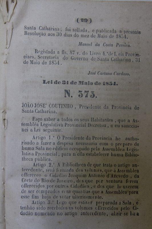 A lei, de 1854, que criou a biblioteca em uma sala na Assembleia Legislativa Provincial – Flavio Tin/ND