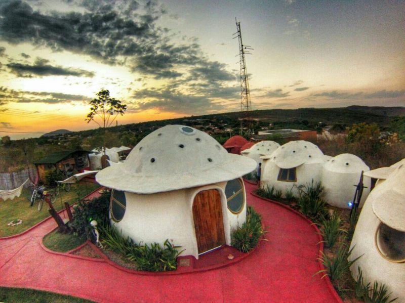No Brasil, o destaque fica para a Pousada Espaço Naves Lunazen, em Alto do Paraíso, na Chapada dos Veadeiros (GO). Os chalés imitam naves espaciais e são batizados com nomes como