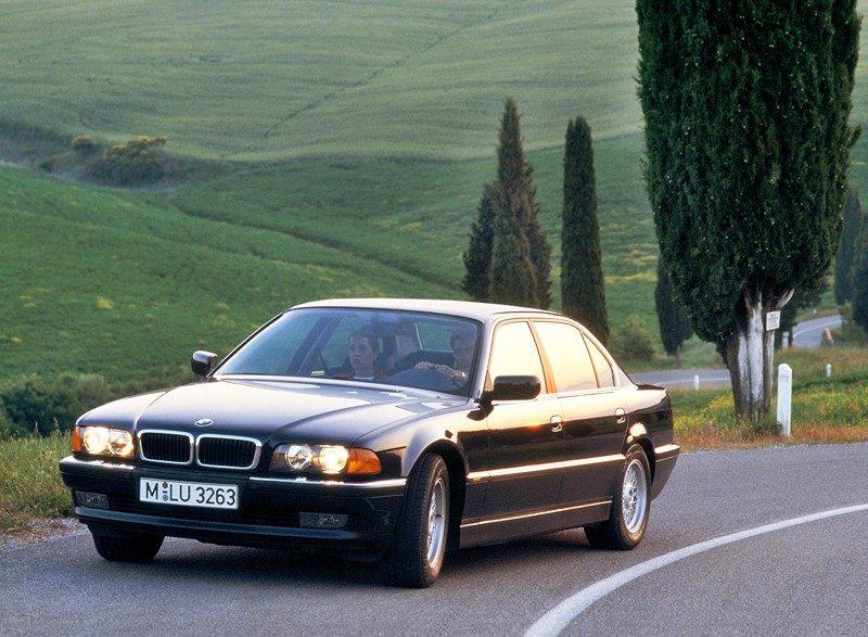 BMW Série 7: foi convocado por problemas nos amortecedores e no eixo. A matéria completa está aqui: https://bit.ly/2FYLE0e - Foto: Divulgação - Foto: Divulgação/Garagem 360/ND