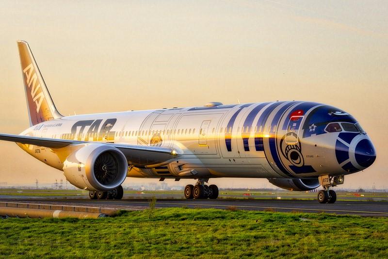 Também da ANA, esse Boeing 787 foi caracterizado como o robô R2-D2 do filme Star Wars - Foto: Quentin Bonnet - AeroWorldPictures on VisualHunt.com / CC BY-NC-SA - Foto: Quentin Bonnet - AeroWorldPictures on VisualHunt.com / CC BY-NC-SA /Garagem 360/ND