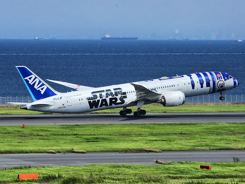 Também da ANA, esse Boeing 787 foi caracterizado como o robô R2-D2 do filme Star Wars - Foto: wilco737 on Visual hunt / CC BY-NC-SA - Foto: wilco737 on Visual hunt / CC BY-NC-SA /Garagem 360/ND