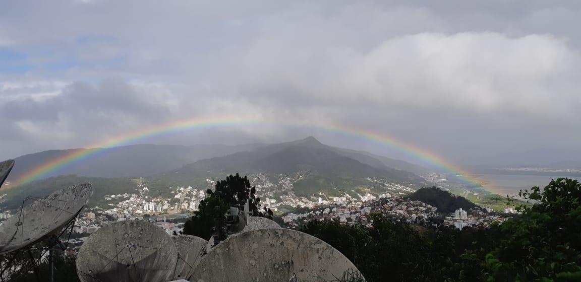 Arco-íris apareceu no céu de Florianópolis, em meio à ventania. - Marcus Bruno/ND
