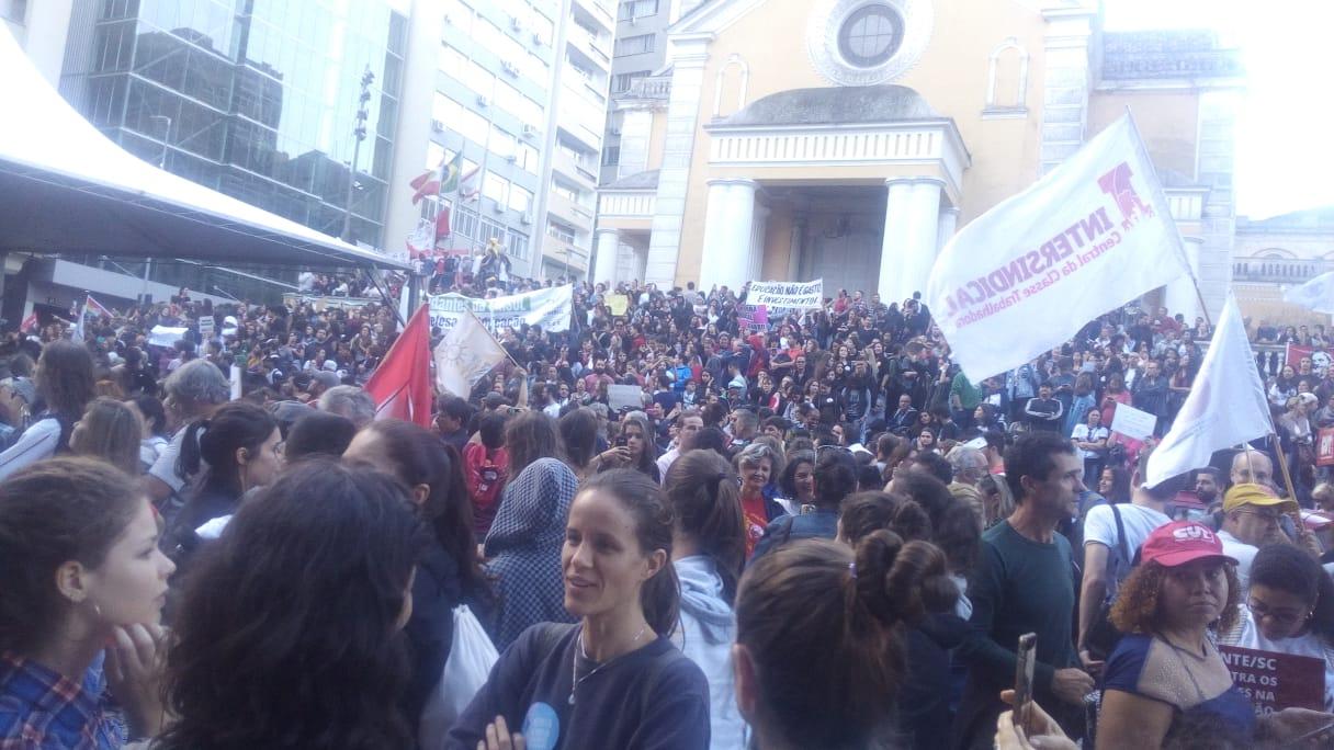 Manifestantes protestam contra cortes na educação - Felipe Bottamedi/ ND