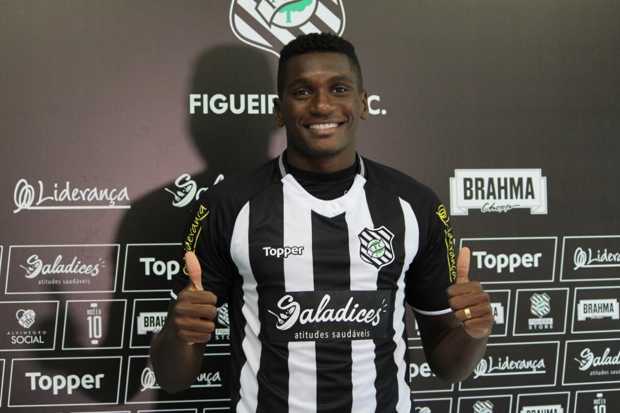 Zagueiro Héliton foi buscado no Santo André (SP) - Figueirense/Divulgação