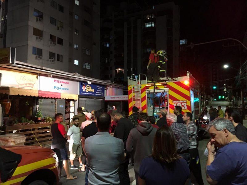 Incêndio atingiu quatro estabelecimentos comerciais na rua Padre Roma – Henrique Weirich/Divulgação/ND