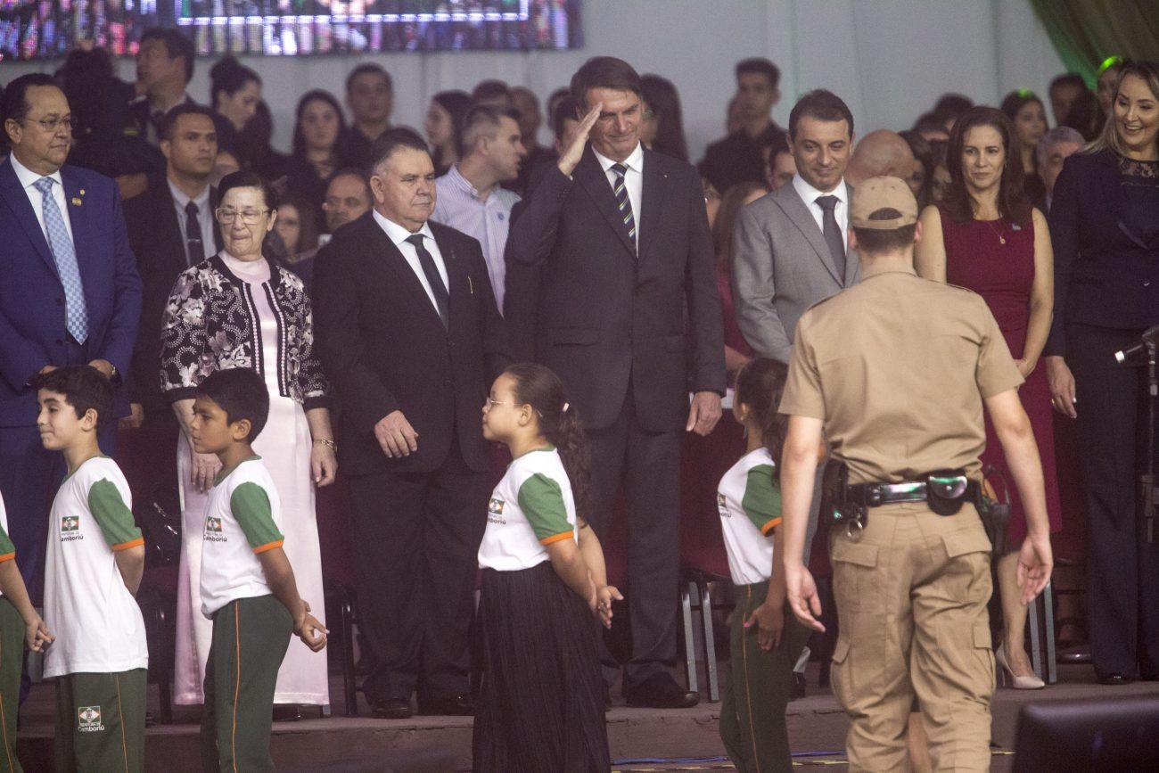 Bolsonaro bate continência para alunos do Proerd - Flavio Tin/ND