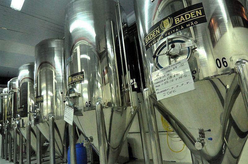 Uma das principais fábricas para conhecer na cidade. Aqui é possível degustar a cerveja Baden Baden. O valor de entrada é de R$ 30 por pessoa. Menores de 18 anos não são permitidos, mesmo que acompanhados dos pais ou responsáveis - Shinagawa on Visual Hunt / CC BY - Shinagawa on Visual Hunt / CC BY/Rota de Férias/ND