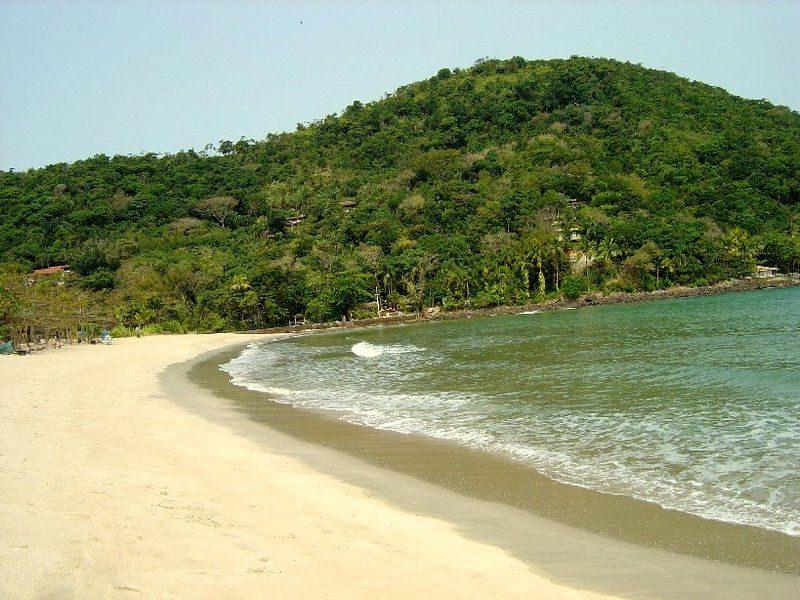 Barra do Sahy. Praia de areia branquinha e fofa. O local tem mar tranquilo e ponto de partilha para As Ilhas - Lugares do Mundo/Luis Esnal on Visual hunt / CC BY - Lugares do Mundo/Luis Esnal on Visual hunt / CC BY/Rota de Férias/ND