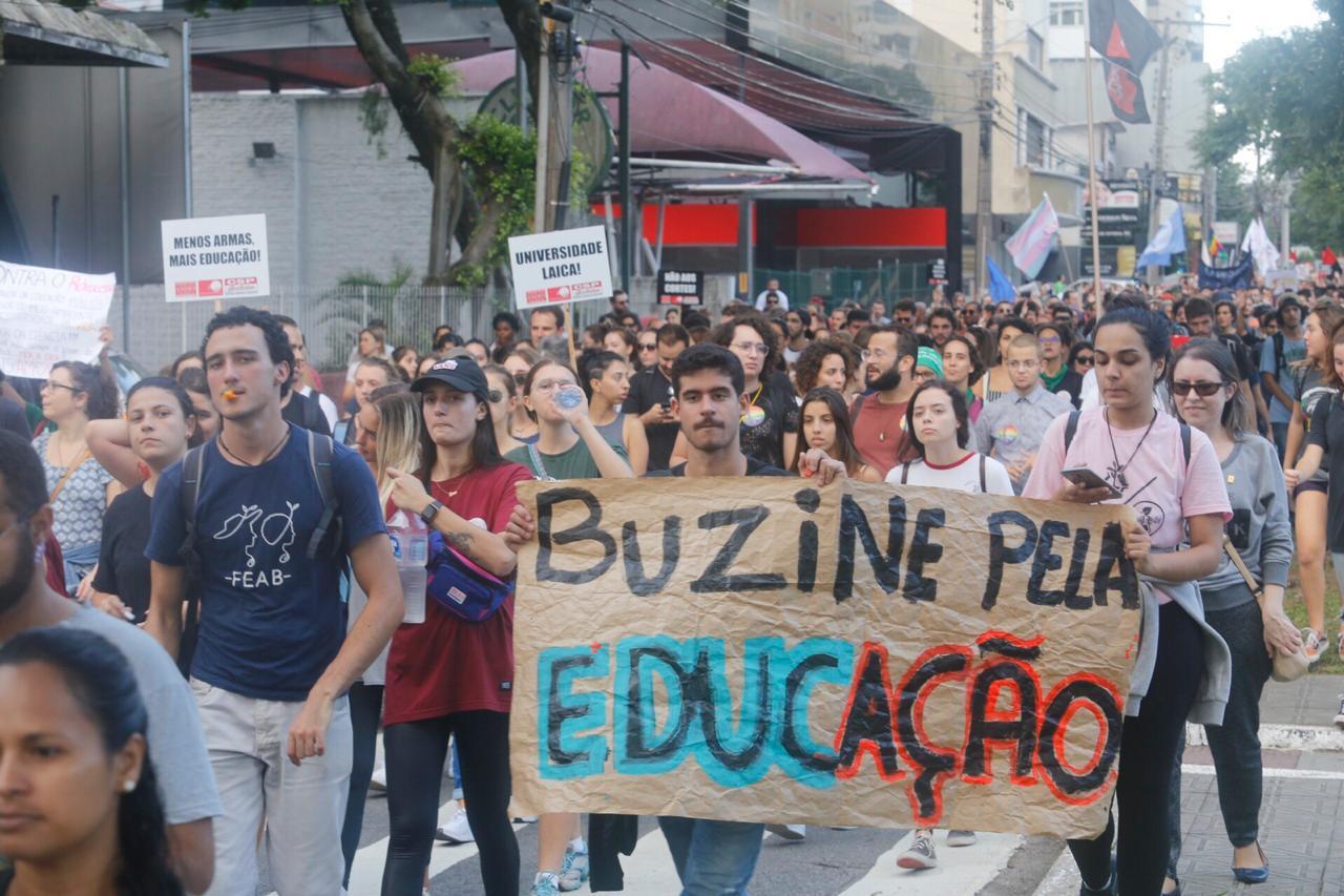 Manifestantes protestam contra cortes na educação - Flavio Tin / ND
