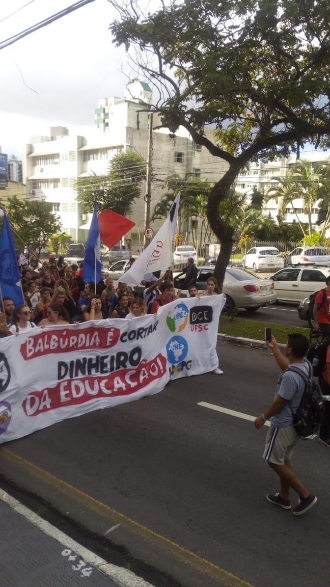 Manifestantes protestam contra cortes na educação - Felipe Bottamedi / ND