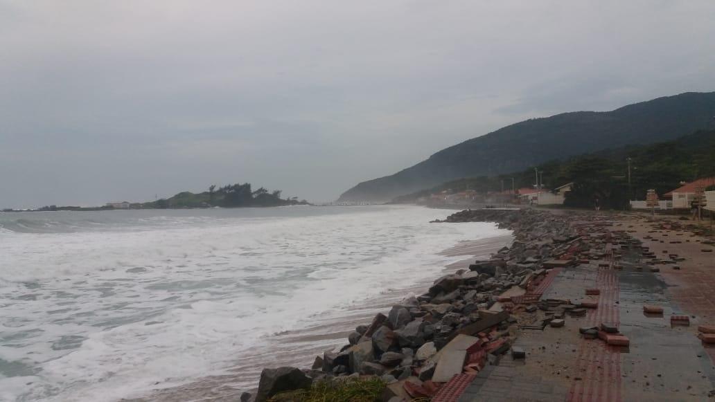 Maré alta atingiu calçadão da praia da Armação - Foto: Associação de Moradores do Morro das Pedras