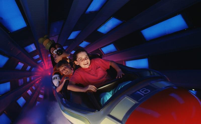 Que tal viajar pelo espaço sideral a bordo de um foguete? Na Space Mountain, um dos brinquedos mais famosos do parque, você pode. A atração conta com uma série de efeitos de luz, que deixam o percurso mais interessante e animado - Divulgação - Divulgação/Rota de Férias/ND