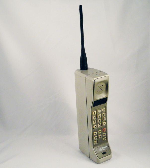 Relembre a evolução do celular: O Motorola DynaTAC 8000x, lançado em 1983, é apontado como o primeiro celular comercial da história. - Crédito: mikek via VisualHunt / CC BY-NC-SA/33Giga/ND