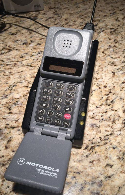 Em 1989, a Motorola apresentou o Microtac 9800x, que fez muito sucesso por ser mais compacto. - Crédito: MarkGregory007 via Visual hunt / CC BY-NC-SA/33Giga/ND