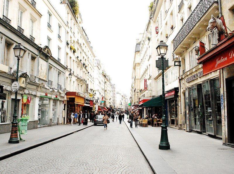 Paris, na França, é um dos destinos clássicos para pombinhos que acabaram de casar. Além de abrigar ruas para lá de charmosas, a cidade oferece atrações como o passeio de Bateau-Mouche, barco que navega pelo rio Sena. Em alguns casos é possível contratar um jantar romântico a bordo com direito à vista da Torre Eiffel - valkyrieh116 via Visual hunt / CC BY-SA - valkyrieh116 via Visual hunt / CC BY-SA/Rota de Férias/ND