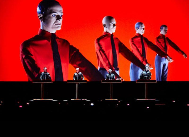 Confira uma galeria com músicas que falam sobre tecnologia: Kraftwerk – Computer Love (1981): Os pais da música eletrônica já sabiam que no futuro os humanos se tornariam viciados em computadores. Além de trazer uma letra que aborda essa vida urbana digital, a música usa os equipamentos mais modernos da época para criar sons e uma voz robotizada. - Crédito: Reprodução Internet/33Giga/ND