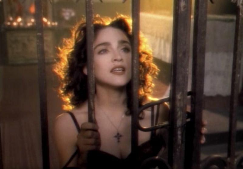 Madonna – Like A Prayer (1989): A cantora pop causou controvérsia ao beijar um santo negro e dançar em frente a cruzes pegando fogo. Por causa do conteúdo, o Vaticano acusou a norte-americana de brincar com conceitos religiosos, enquanto patrocinadores romperam contratos milionários. A audiência do videoclipe, entretanto, foi um recorde. Assista: http://bit.ly/2UT3uZu. - Crédito: Reprodução/YouTube/33Giga/ND
