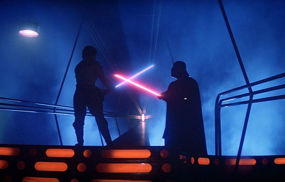 12 gadgets que só se vê em filmes e séries - Sabre de luz – Star Wars (1977): A arma Jedi que pode cortar qualquer coisa, protege contra tiros e ainda faz um barulhinho super legal. O gadget que muda de cor conforme a índole de seu usuário já conta com versões em brinquedo, mas está longe de se tornar realidade. Um clássico, o objeto está entre um dos favoritos e mais icônicos do universo nerd. - Crédito: Reprodução da Internet/33Giga/ND