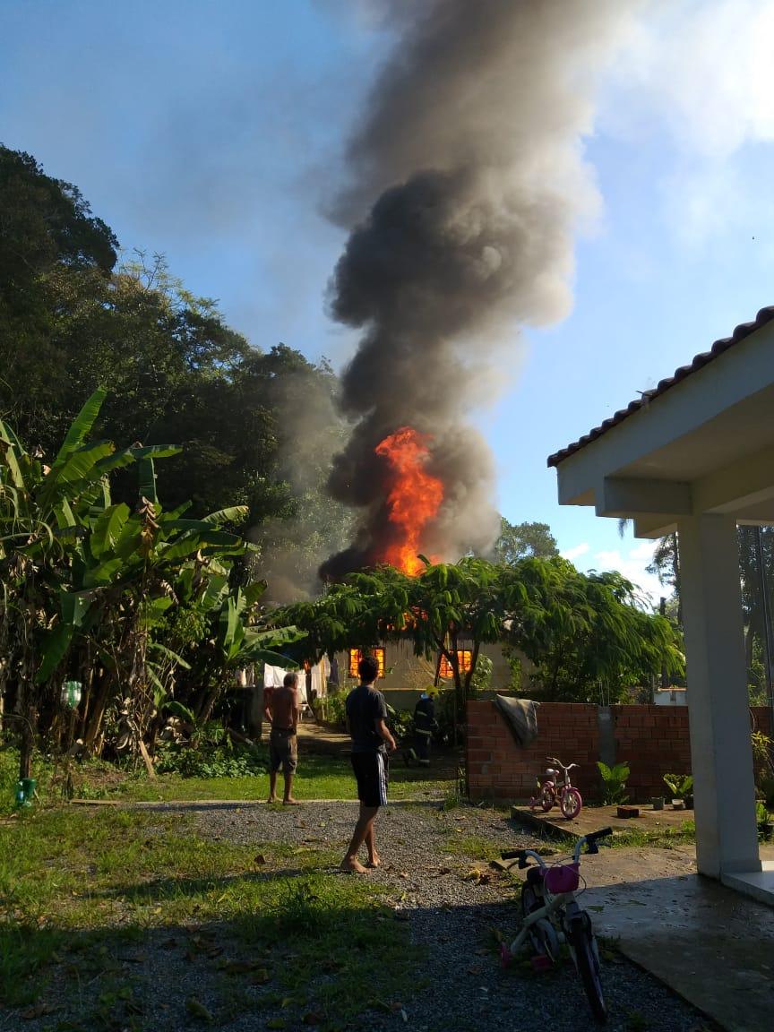 Incêndio destruiu casa em Itapoá - Corpo de Bombeiros Militar de Itapoá/Divulgação/ND