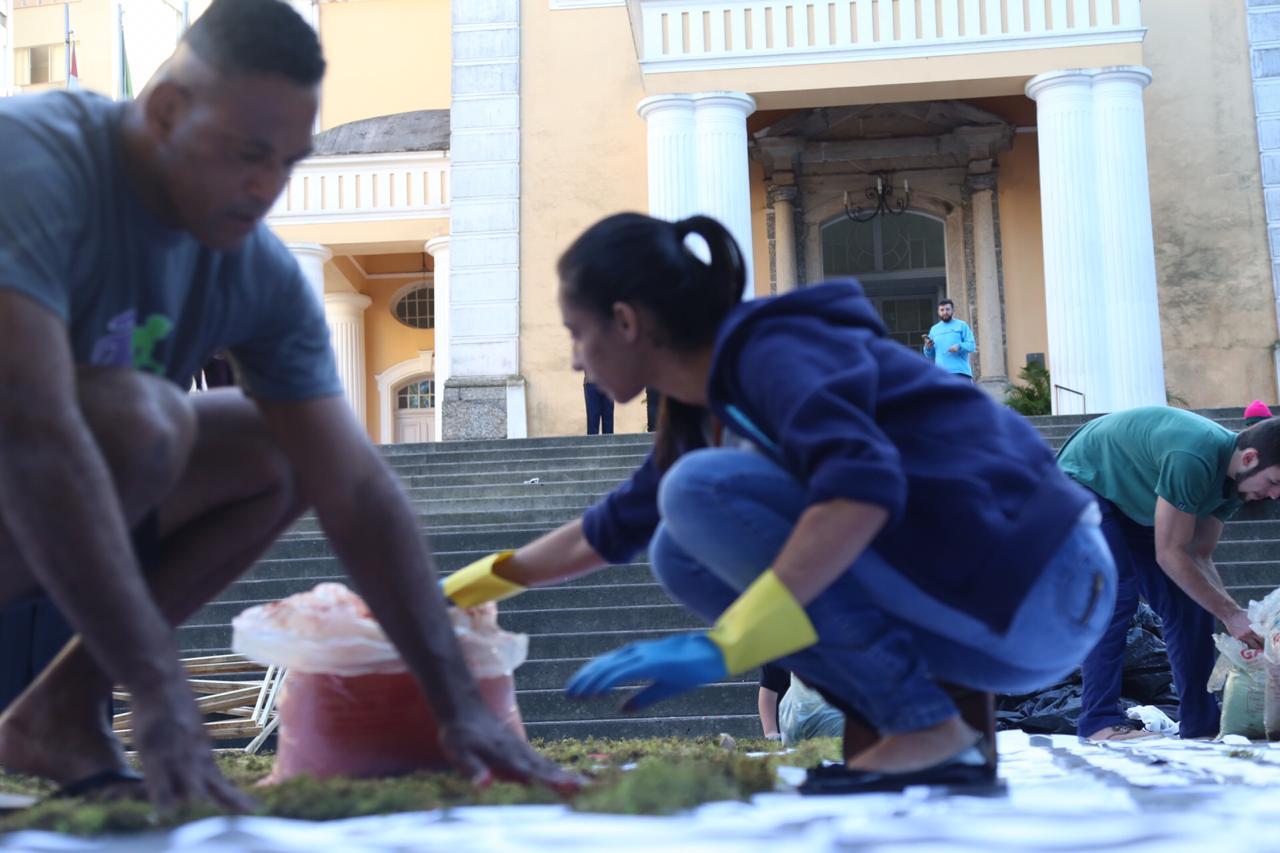 Confecção de tapetes movimenta arredores da Catedral Metropolitana - Anderson Coelho/ND