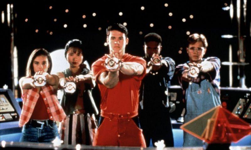 """Morfador – Power Rangers (1993): """"É hora de morfar"""". Boa parte das crianças crescidas na década de 1990 apertavam seus relógios e gritavam a frase de efeito na esperança de também se transformar em um Power Ranger. É que, toda vez que os personagens acionavam seu morfador, eles ganhavam energia extra para combater os perigos que apareciam em cada episódio. - Crédito: Reprodução da Internet/33Giga/ND"""