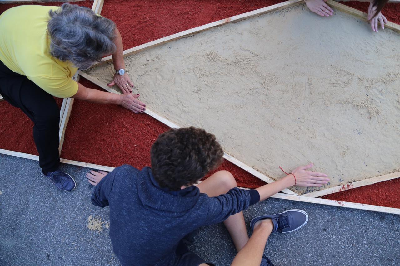 Crianças, adultos e idosos participam da montagem de tapetes - Anderson Coelho/ND