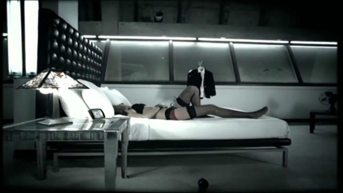 """t.A.T.u. – Beliy Plaschik (2008): Depois que a história de serem namoradas foi desmentida, a dupla russa decidiu causar polêmica de outra forma. O videoclipe de """"Beliy Plaschik"""" traz as garotas nuas e o fuzilamento de uma grávida. Foi censurado e teve a versão original disponível apenas em DVD. Assista: http://bit.ly/2D9zsGX. - Crédito: Reprodução/YouTube/33Giga/ND"""