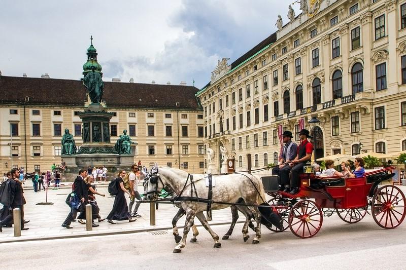 Tudo em Viena, na Áustria, é imponente. Além de ostentar construções belíssimas, castelos e jardins cheios de flores, o destino é a meca da música clássica. Vale a pena visitar os charmosos cafés da cidade, que já receberam pessoas ilustres como Sigmund Freud, Gustav Klint e Leon Trotsky - Pixabay - Pixabay/Rota de Férias/ND