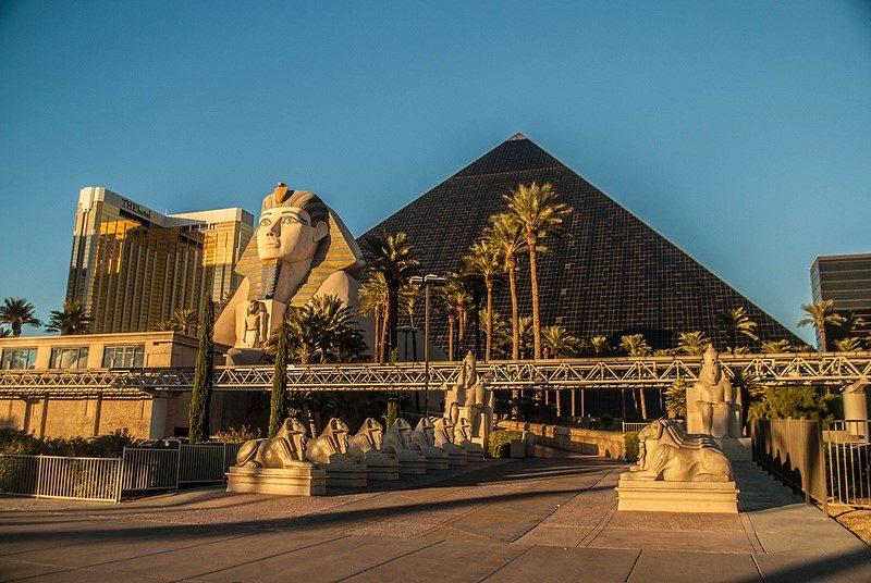 O Luxor Hotel & Casino segue a linha dos complexos temáticos da Cidade do Pecado, muito famosos há algumas detas. Por fora e por dentro, o prédio é inspirado no visual do Egito. Depois de apostar fichas no poker um nos caça-níqueis, o visitante pode aproveitar atrações como o show Mindfreak, do ilusionista Criss Angel - www78 on VisualHunt / CC BY-NC-SA - www78 on VisualHunt / CC BY-NC-SA/Rota de Férias/ND