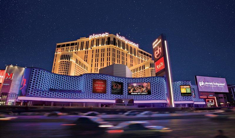 Pertinho do luxuoso complexo de compras Miracle Mile Shops, o Planet Hollywood Resort & Casino é indicado para os viajantes que buscam agito em Las Vegas. O cassino do hotel oferece jogos clássicos, de cartas e caça-níqueis, mas também aposta em modalidades digitais. Vale destacar que o local é residência artística de estrelas como Jennifer Lopez, Backstreet Boys e Lionel Richie - Divulgação - Divulgação/Rota de Férias/ND