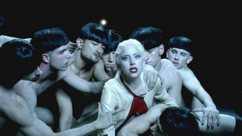 Lady Gaga – Alejandro (2010): Aqui, a cantora pop comprou briga com a Igreja Católica. Em quase nove minutos de vídeo, Gaga aparece vestida de freira, engole um terço, exibe uma cruz inversa e é estuprada por um grupo de homens. Foi acusada de blasfêmia pelos religiosos. Assista: http://bit.ly/2P2mfVl. - Crédito: Reprodução/YouTube/33Giga/ND