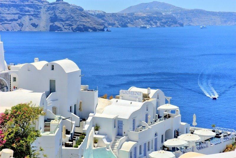 Além de servir de palco para muitas cerimônias e pedidos de casamento, a cidade de Santorini, na Grécia, atrai pombinhos recém-casados. Em contraste com o mar azul, o visual das construções branquinhas é capaz de deixar qualquer momento mais especial - Visual hunt - Visual hunt/Rota de Férias/ND