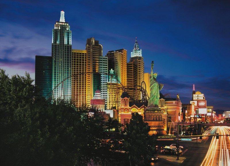 Assim como todos os grandes hotéis de Las Vegas, o New York, New York conta com um grande complexo de jogos de azar e oferece opções de entretenimento com artistas e grupos famosos. O local se destaca de longe pelo visual, que traz um pedacinho da Big Apple ao estado de Nevada. Destaque também para a montanha-russa que cruza os prédios que enfeitam a fachada do complexo - Divulgação - Divulgação/Rota de Férias/ND
