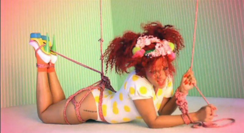 Rihanna – SandM (2010): Como o próprio nome da música entrega, o clipe traz referências ao sadomasoquismo. A cantora abusa de jornalistas, aparece amarrada e até faz o fofoqueiro norte-americano Perez Hilton virar seu capacho sexual. O vídeo foi censurado em 11 países. Assista: http://bit.ly/2v04VGY. - Crédito: Reprodução/YouTube/33Giga/ND