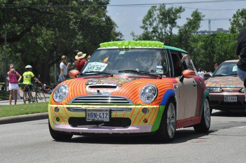 MINI Cooper com pintura colorida e cheia de linhas - Foto: Texas.713 via VisualHunt.com / CC BY-NC - Foto: Texas.713 via VisualHunt.com / CC BY-NC/Garagem 360/ND