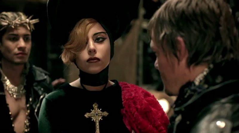 Lady Gaga – Judas (2011): Jesus moreno e com tranças, os 12 apóstolos sendo retratados como uma gangue de motociclistas e Gaga como Maria Madalena. Essa interpretação da história causou polêmica com a Igreja Católica, que considerou o vídeo uma manobra de marketing de alguém sem talento. Assista: http://bit.ly/2uYH9eM. - Crédito: Reprodução/YouTube/33Giga/ND