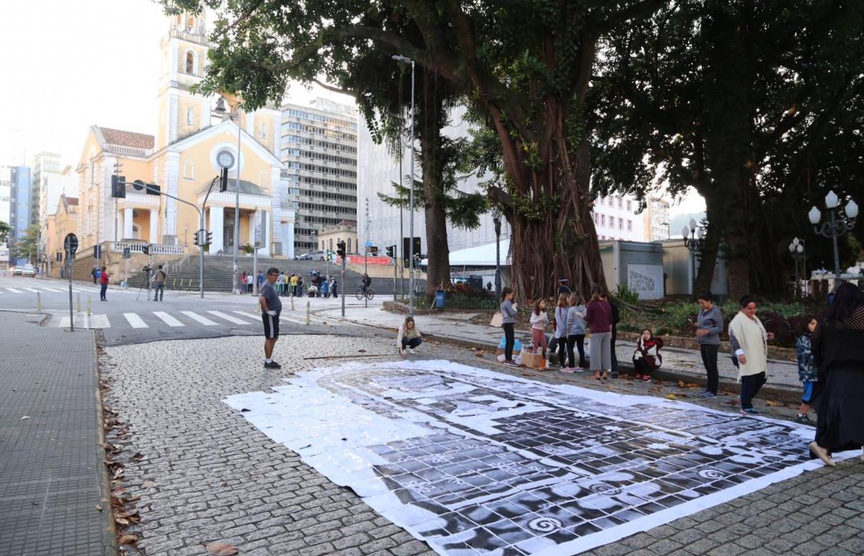 Confecção dos tapetes de Corpus Christi no Centro de Florianópolis - Anderson Coelho/ND