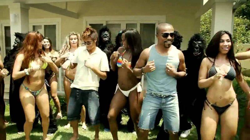 """Alexandre Pires – Kong (2012): Com participação de Neymar Jr., Mr. Catra e David Brazil, o vídeo traz homens fantasiados de macacos ao lado de garotas de biquíni. A brincadeira, entretanto, não agradou os representantes do movimento negro. Para eles, """"Kong"""" faz comparação entre negros e macacos. Assista: http://bit.ly/2GeEFz2. - Crédito: Reprodução/YouTube/33Giga/ND"""