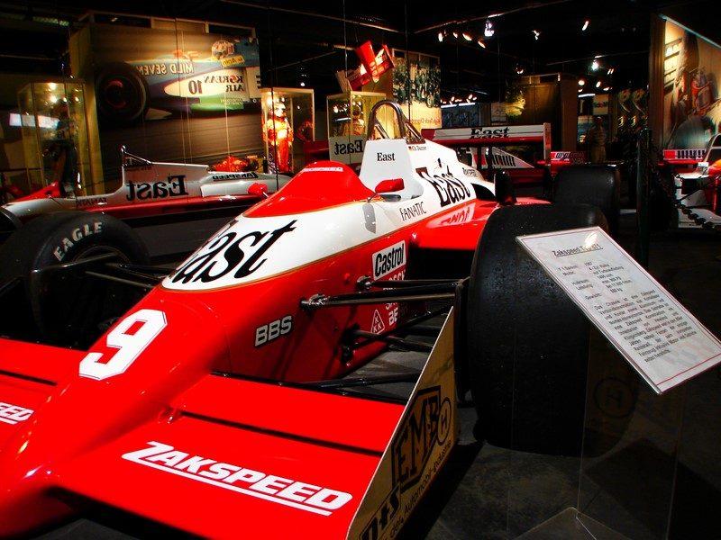 A Fórmula 1 visitou o leste europeu pela primeira vez apenas em 1986, para o primeiro GP da Hungria. Na época, a equipe Zakspeed era patrocinada pela West, que nada mais é que oeste em inglês. Como homenagem, a marca escreveu East (leste) em um dos carros da equipe - Foto: DonDahlmann on Visualhunt.com / CC BY-NC-ND - Foto: DonDahlmann on Visualhunt.com / CC BY-NC-ND/Garagem 360/ND