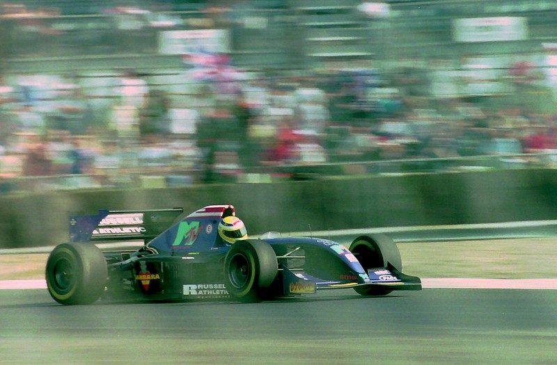 A Simtek foi uma equipe pequena que durou pouco, mas que ficou marcada pela morte de Roland Ratzenberger no GP de Ímola de 1994. Porém, a escuderia também teve alguns patrocínios diferentes. O restaurante Fogo de Chão exibiu sua marca na asa traseira durante o GP Brasil. Tudo para bancar a comida da equipe. Já a saudosa MTV era a principal patrocinadora do time - Foto: Karting Nord on Visualhunt / CC BY-SA - Foto: Karting Nord on Visualhunt / CC BY-SA/Garagem 360/ND