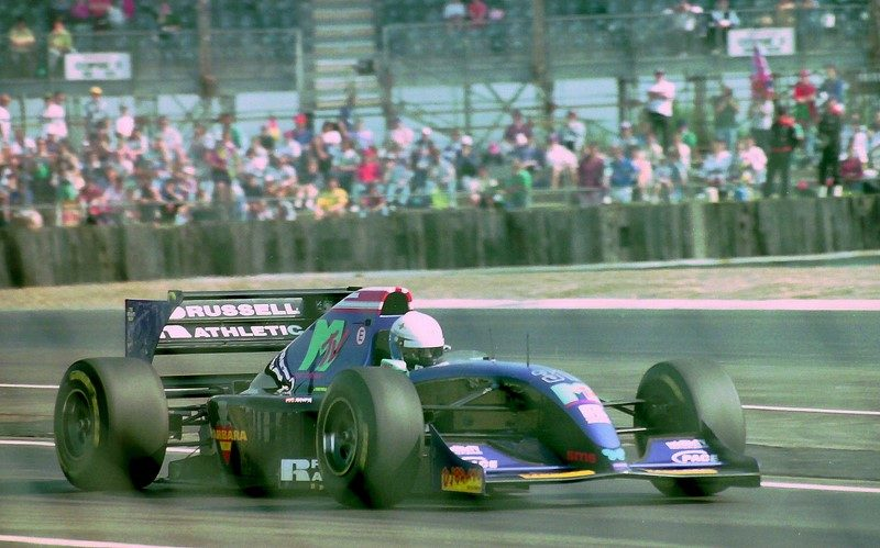 A Simtek foi uma equipe pequena que durou pouco, mas que ficou marcada pela morte de Roland Ratzenberger no GP de Ímola de 1994. Porém, a escuderia também teve alguns patrocínios diferentes. O restaurante Fogo de Chão exibiu sua marca na asa traseira durante o GP Brasil. Tudo para bancar a comida da equipe. Já a saudosa MTV era a principal patrocinadora do time - Foto: Karting Nord on Visual Hunt / CC BY-SA - Foto: Karting Nord on Visual Hunt / CC BY-SA/Garagem 360/ND
