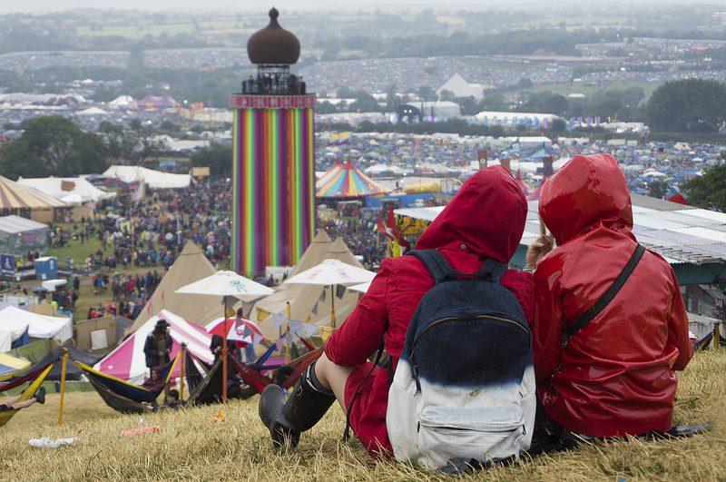 O Glastonbury é um dos maiores festivais a céu aberto do mundo. A região de Pilton, na Inglaterra, promove cinco dias de shows. Ao longo dos anos, a multidão já curtiu apresentações de ícones como The Smiths, Amy Winehouse e Blur. O pessoal que quer aproveitar todos os dias pode acampar no local. Reza a lenda que as experiências do camping são tão legais quanto os shows - fussy onion via Visualhunt.com / CC BY - fussy onion via Visualhunt.com / CC BY/Rota de Férias/ND
