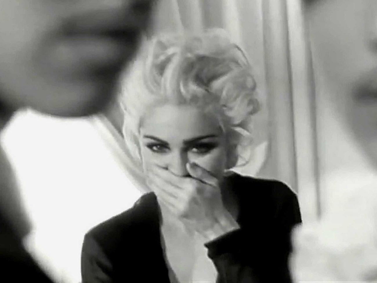 Madonna – Justify My Love (1990): Em um hotel onde as pessoas vão para praticar diferentes fetiches, Madonna participa de fantasias envolvendo sexo lésbico, sadomasoquismo e muito mais. À época, foi considerado quase pornográfico e banido da MTV. Assista: http://bit.ly/2Z1342J. - Crédito: Reprodução/YouTube/33Giga/ND