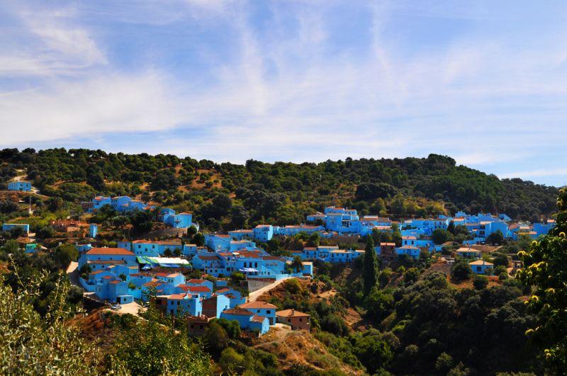 """O pequeno município de Júzcar, na Espanha, foi pintado de azul pela produtora Sony Pictures. A ideia era aproveitar o cenário para promover o filme """"Os Smurfs"""" (2011) e depois repintar tudo de branco. No final, os moradores gostaram do resultado e pediram para que a vila permanecesse azulada. A iniciativa fez com que o turismo disparasse na região - Nukamari via VisualHunt.com / CC BY-NC-ND - Nukamari via VisualHunt.com / CC BY-NC-ND/Rota de Férias/ND"""