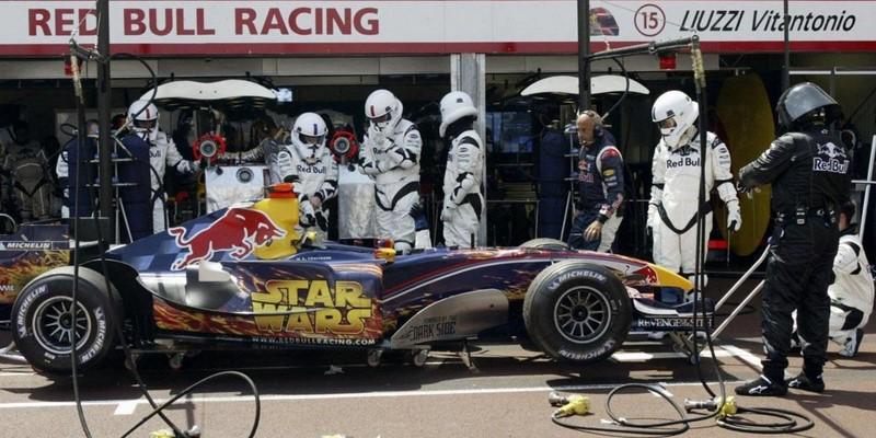 Um ano depois, em 2005, a Red Bull já havia comprado a Jaguar, porém a equipe contou com o patrocínio do filme Star Wars: Episódio III - a vingança dos Siht. Até os mecânicos precisaram entrar na onda e se vestiram como stormtroopers - Foto: Reprodução/Pinterest - Foto: Reprodução/Pinterest/Garagem 360/ND