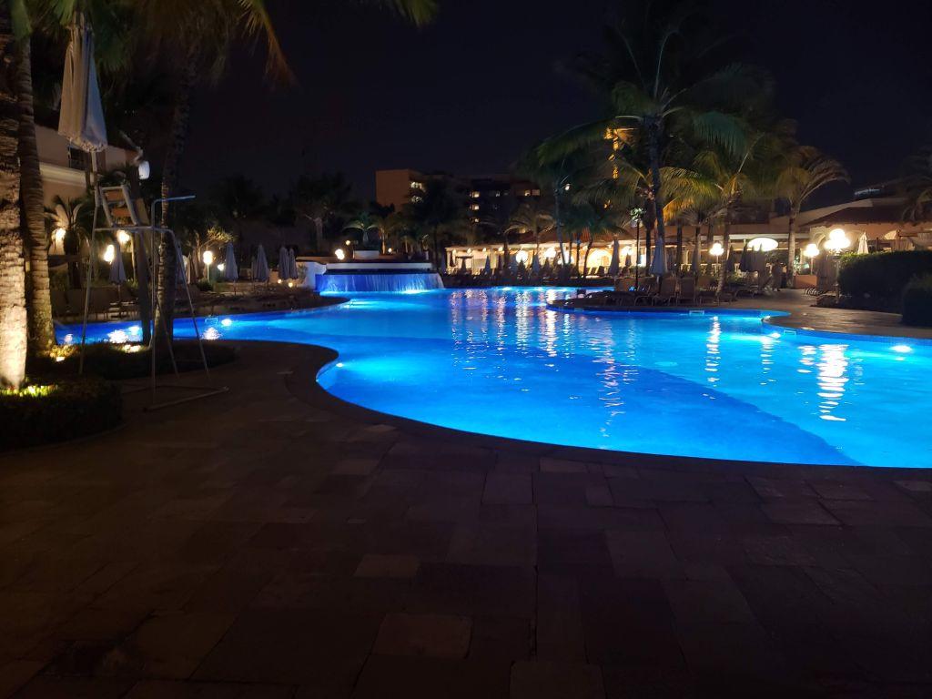 À noite, a piscina principal fica iluminada e rende ótimas fotos - Maria Beatriz Vaccari - Maria Beatriz Vaccari/Rota de Férias/ND