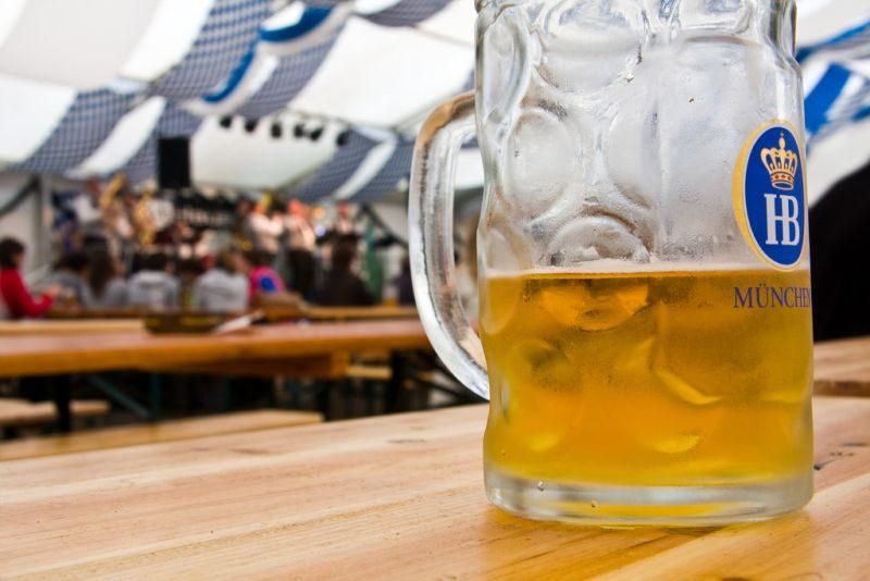 As enormes canecas de cerveja alemãs são boas opções para presentear amigos ao maior estilo Oktoberfest - Simon Greig Photo via Visual hunt / CC BY-NC-SA - Simon Greig Photo via Visual hunt / CC BY-NC-SA/Rota de Férias/ND